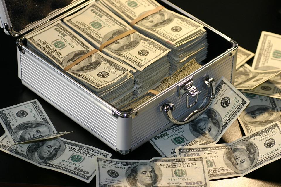 ¿Cuáles son las ventajas y riesgos de invertir en la bolsa de valores?