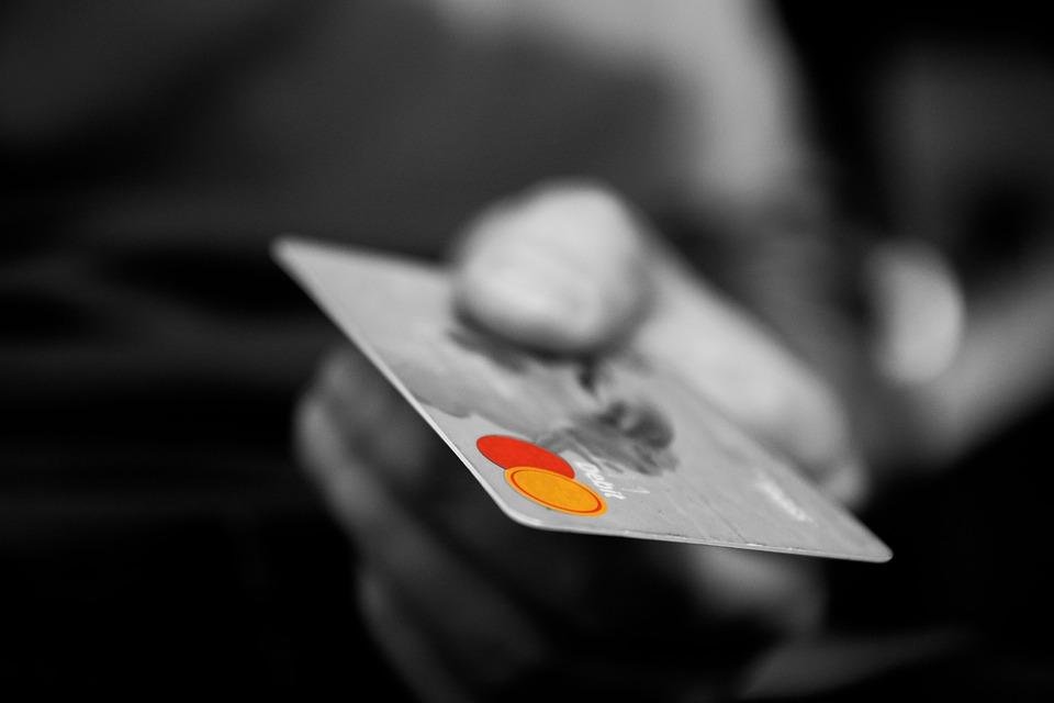 ¿Qué es la comisión anual de una tarjeta de crédito?
