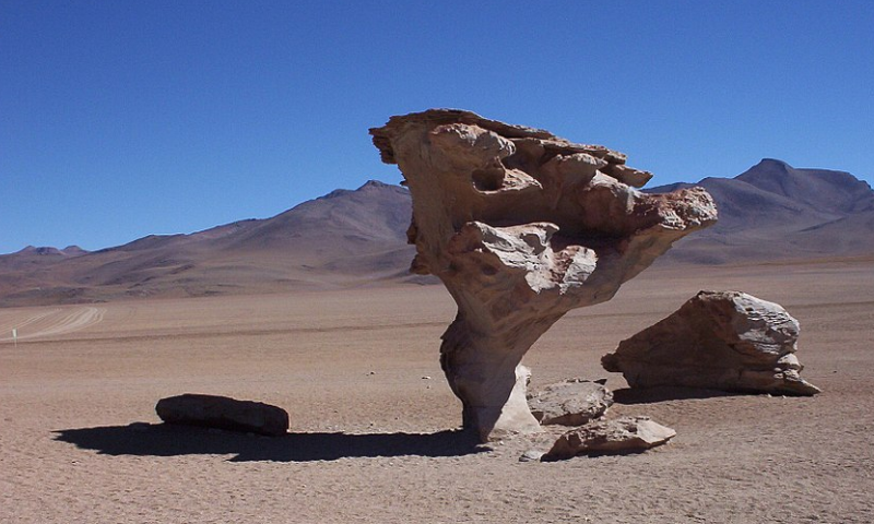 Formación rocosa esculpida por el viento en el Salar de Uyuni, Bolivia.