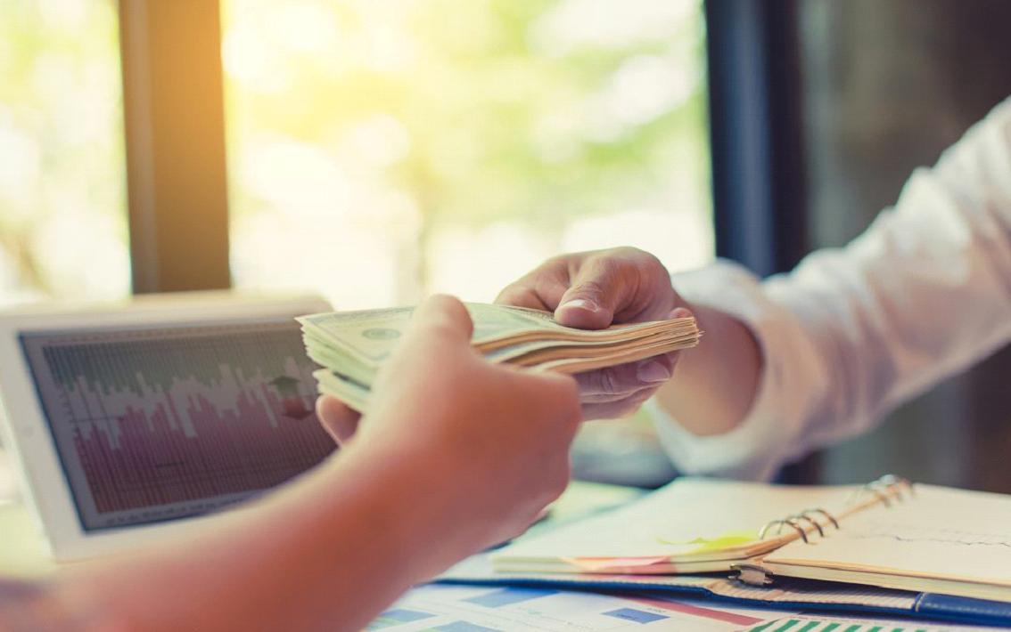¿Qué banco cobra menos intereses en préstamos personales?