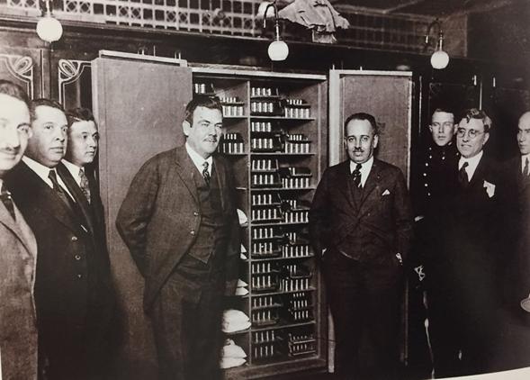 Plutarco Elias Calles y Alberto J. Pani mostrando a la prensa la boveda del Banco de México en 1925.