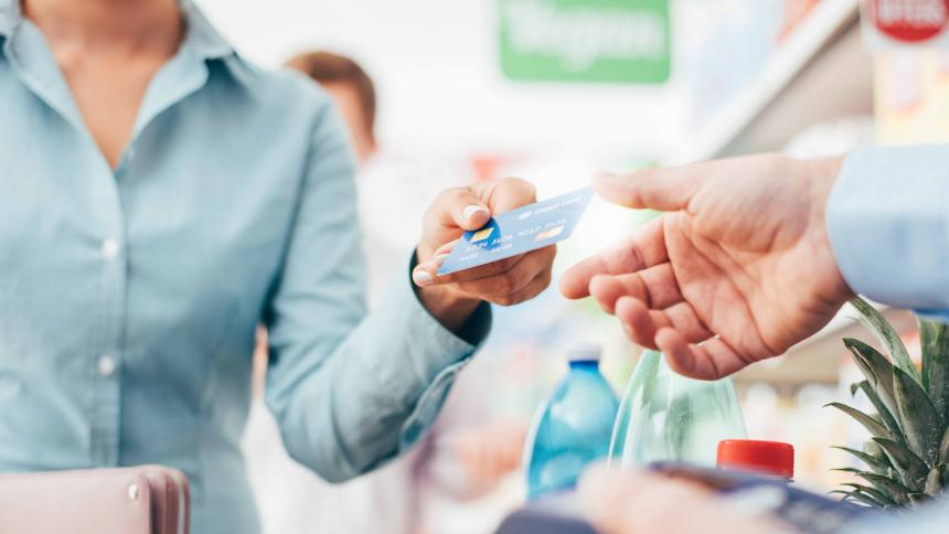 Tarjetas retail con avance en efectivo nacional
